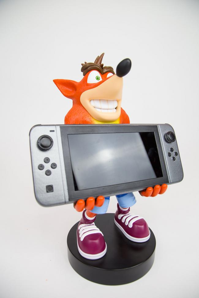 Crash Bandicoot te sujeta la Switch para jugar tabletop